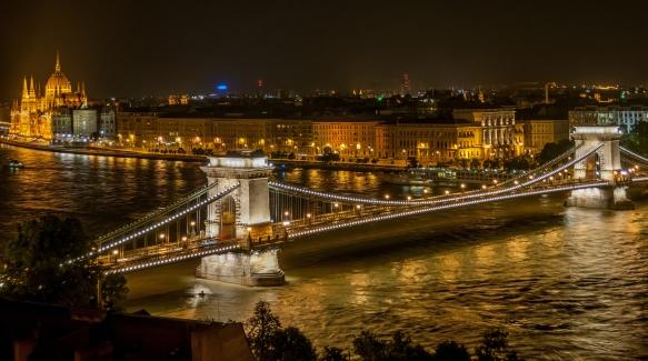 Széchenyi_Chain_Bridge_in_Budapest_at_night-2